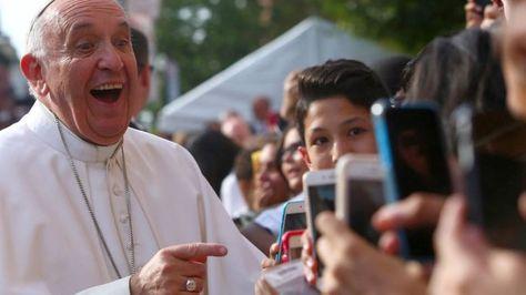 El Papa Francisco en medio de los feligreses que intentan sacarle fotos con sus teléfonos móviles.