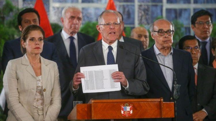 El presidente peruano Pedro Pablo Kuczynski junto a la vicepresidente Mercedes Araoz y su gabinete durante su discurso en el Palacio de Gobierno en Lima, Perú (Reuters)