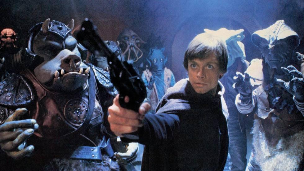 El cierre de la saga original tiene momentos estelares, como el principio en la fortaleza de Jabba y el culmen del rescate sobre el pozo del Sarlacc o un final épico perfectamente ejecutado: el enfrentamiento a tres bandas entre Luke, Darth Vader y el Emperador mezclado con la batalla espacial y todo lo ocurrido en Endor. Si, mucha gente odia a los Ewoks, pero también mucha gente entró en la saga gracias a ellos. Peores que Jar Jar no son.
