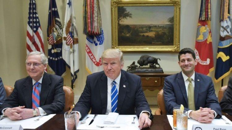 Mitch McConnell (izquierda), líder del Partido Republicano en el Senado, el presidente Donald Trump (centro) y Paul Ryan (derecha), líder de los republicanos en la Cámara de Representantes