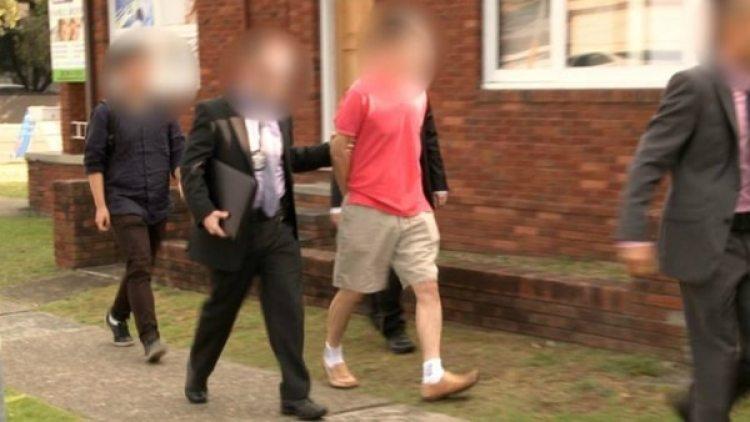 El hombre llevado por la policía federal australiana.