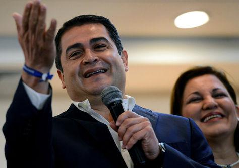 Juan Orlando Hernández se dirige a sus seguidores en Tegucigalpa. Foto: Archivo AFP