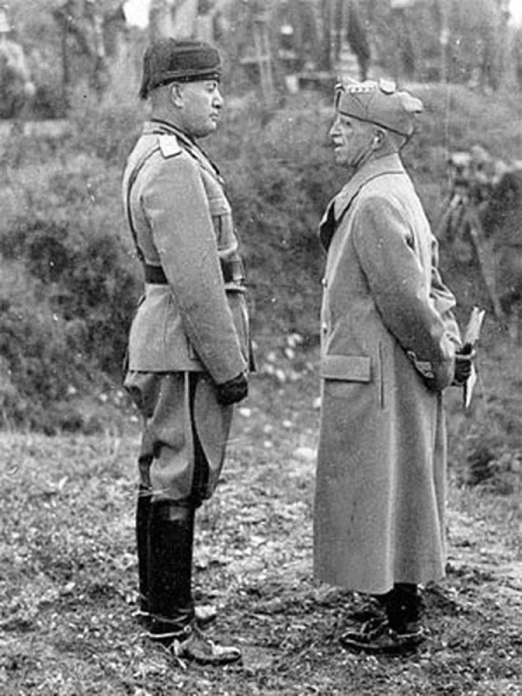 Víctor Manuel junto con Benito Mussolini