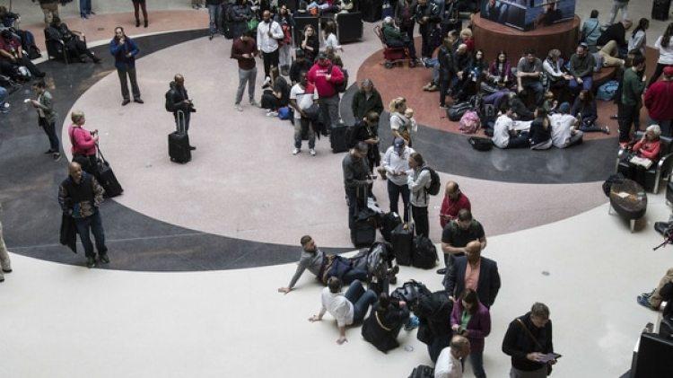 Pasajeros varados en el aeropuerto durante el apagón (AP)