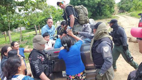 Los cinco ciudadanos chinos y un boliviano son subidos a una camioneta para su traslado a celdas policiales