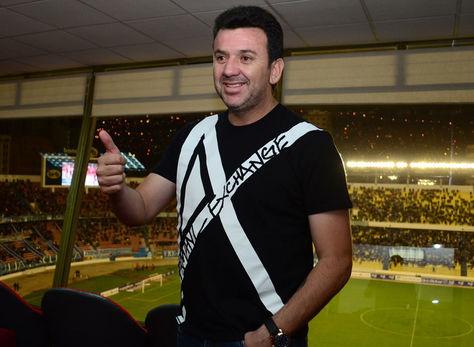 Imagen de archivo muestra a Julio César Baldivieso en el palco del estadio Hernando Siles. Foto: La Razón