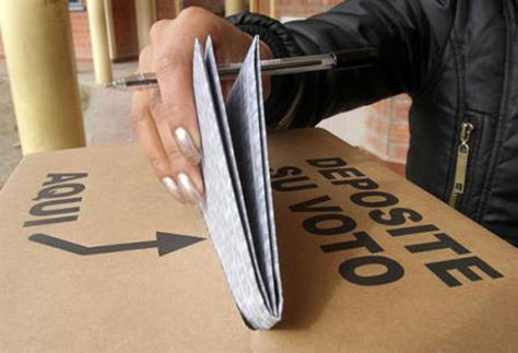 Un ciudadano emite su voto en una pasada elección. Foto: archivo
