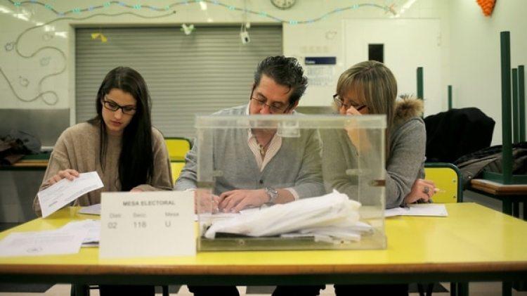 Una mesa electoral en una escuela de Barcelona (Reuters)