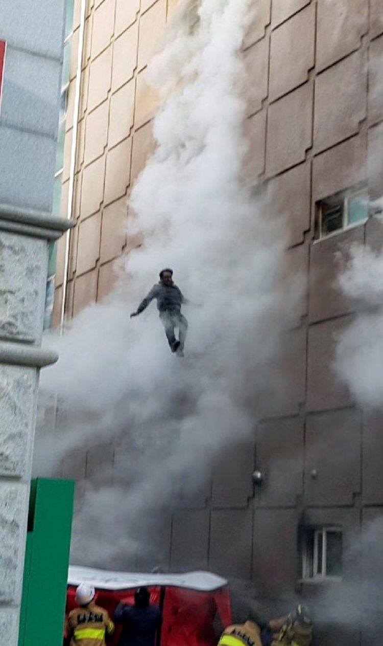 Un hombre se lanza hacia los colchones que dispusieron los bomberos.