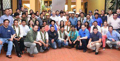 Al centro, el presidente Morales rodeado de ministros y dirigentes de sectores sociales tras el gabinete Gobierno-Conalcam.