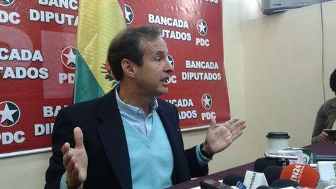 El expresidente Jorge Tuto Quiroga en conferencia de prensa.