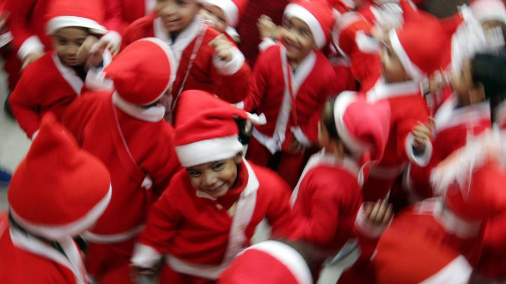 Foto: Niños disfrazados de Papá Noel en una escuela católica de Amritsar, India. (EFE)