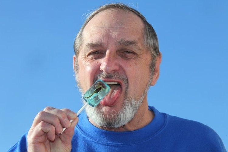 Larry disfrutando una paleta con escorpión en 2010. Foto: Getty Images / Barcroft