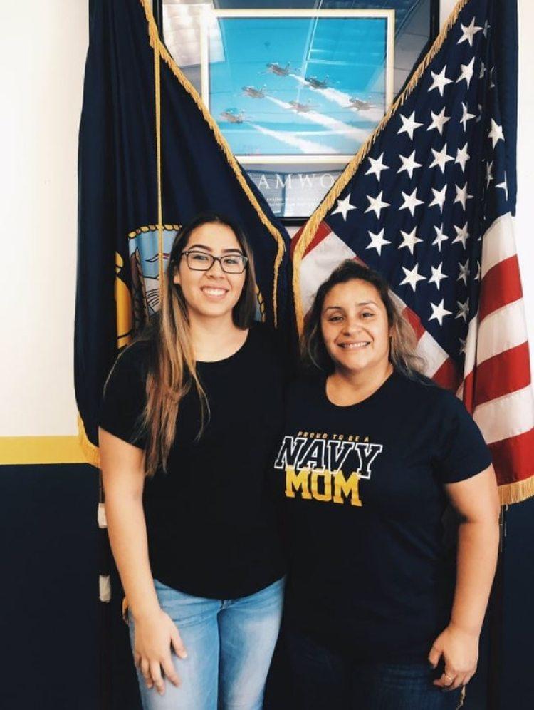 Annah junto a su madre, el día que se enlistó en la Armada de los Estados Unidos