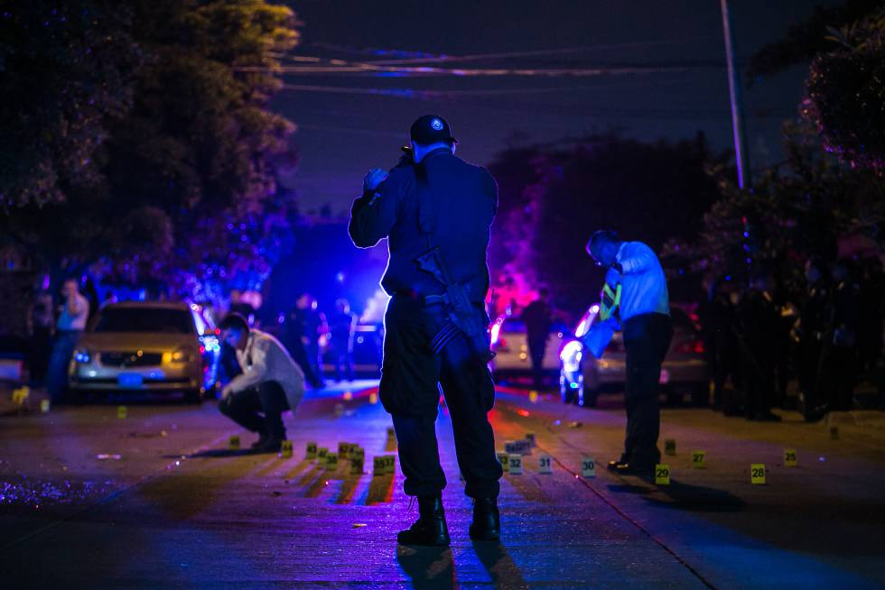 Un policía vigila la escena de un crimen en Sinaloa.