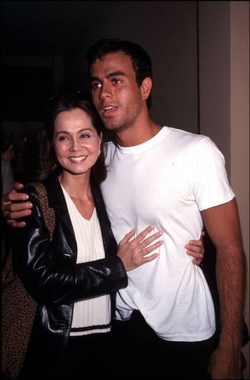 Madre e hijo, en Zaragoza en 1997.