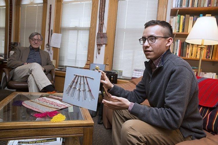 Manny Medranocon un modelo de quipus. A su lado, el profesorGary Urton. (Jon Chase/Harvard)