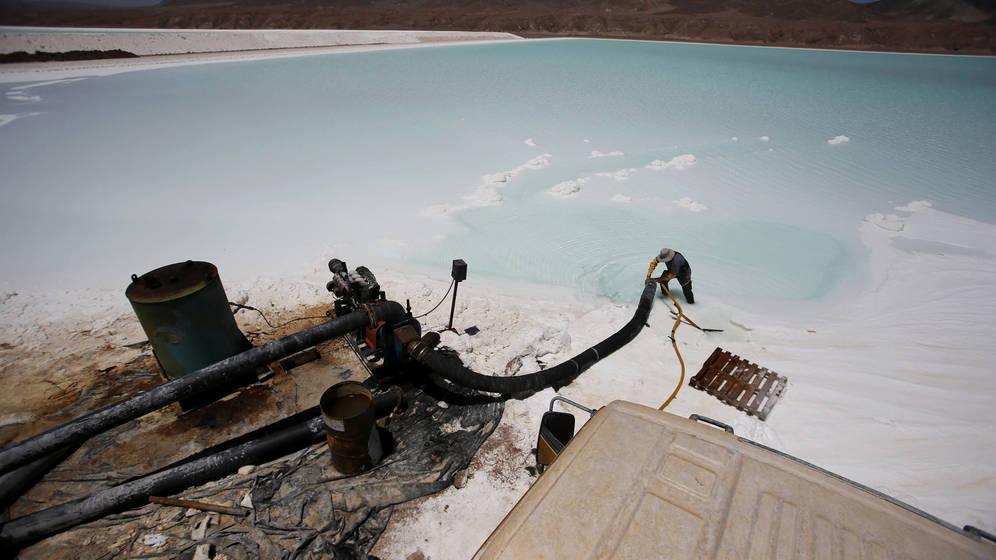 Foto: Un trabajador limpia una tubería en la planta de litio de Rockwood, en el desierto chileno de Atacama, en enero de 2013. (Reuters)