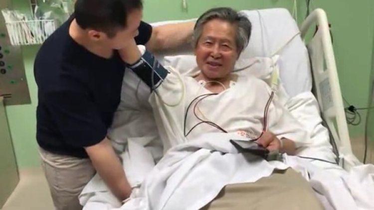 Fujimori con su hijo Kenji en la clínica de Lima en la que se encuentra internado