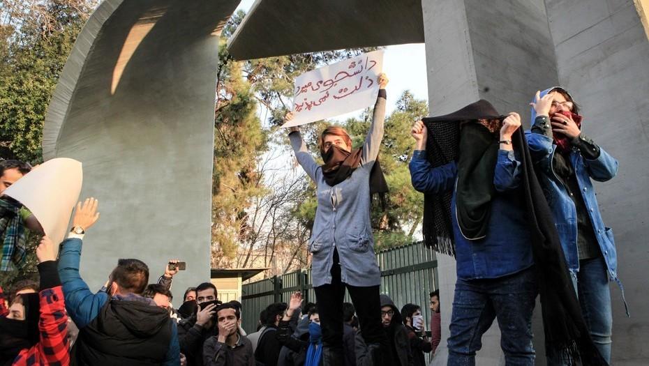 Irán: en medio de las protestas, el Gobierno restringe el acceso a las redes sociales