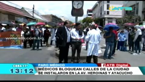 Médicos bloquean las calles y avenidas de la ciudad de Cochabamba