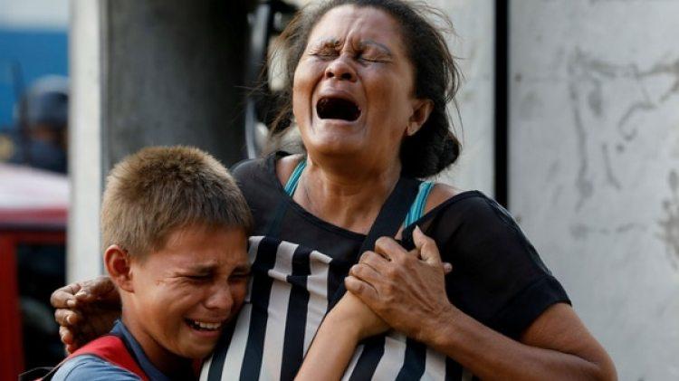 Familiares de los presos en las puertas del penal de Valencia