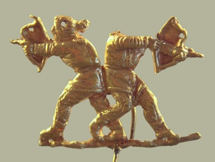 Adorno de oro que representa a dos arqueros escitas. Foto de PHGCOM vía Wikimedia Commons