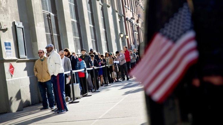 Gente esperando a las afueras de un centro de votación para ejercer su derecho al voto en Estados Unidos(AP)