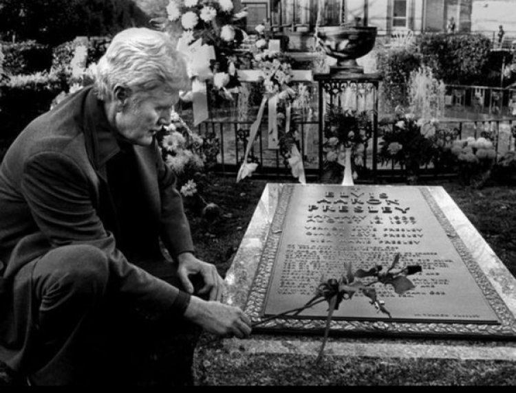 Vernon Presley, el padre de Elvis, en su tumba