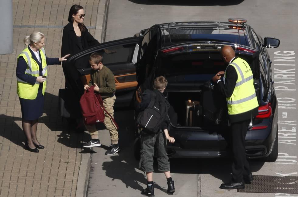 Angelina Jolie con dos de sus hijos Shiloh y Konx en Londres el 17 de mayo.