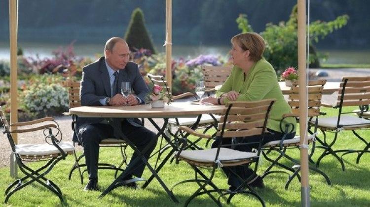 Merkel y Putin en el palacio de Mesenberg en las afueras de Berlín (Reuters)
