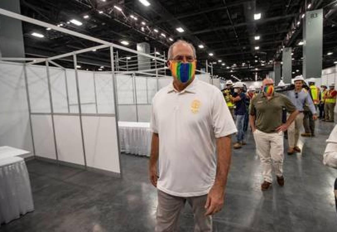 El alcalde de Miami Beach, Dan Gelber, durante una visita a uns hospital de campaña montado en abril para contener posibles enfermos de coronavirus (Al Diaz/REUTERS)