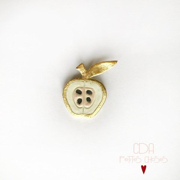 broche-en-porcelaine-pomme-et-feuille-d'or CDA Petites Choses