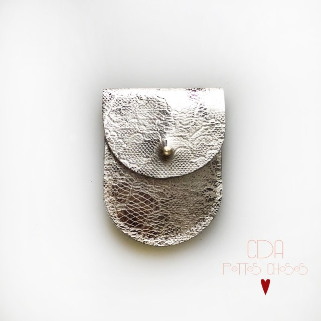 mini-pochette-en cuir argent effet dentelle-CDA Petites Choses