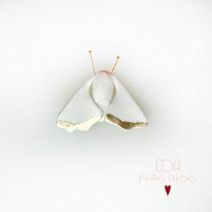 broche-en-porcelaine-sphinx-blanc-et-rose CDA Petites Choses