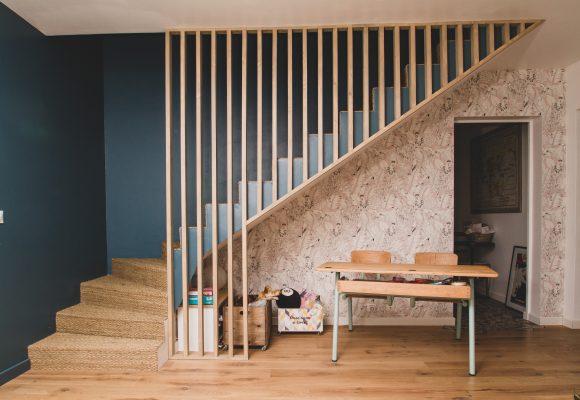 escalier avec un rideau de bois