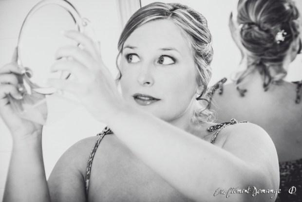 Préparation de la mariée - Derniers regards de la mariée dans le miroir