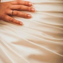Main et robe de la mariée - photographie de mariage