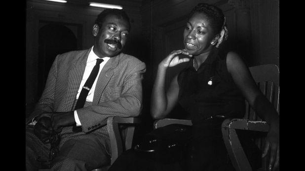 Nicomedes con su hermana Victoria Santa Cruz, durante una entrevista para El Comercio en 1961. (Foto: Archivo histórico de El Comercio)