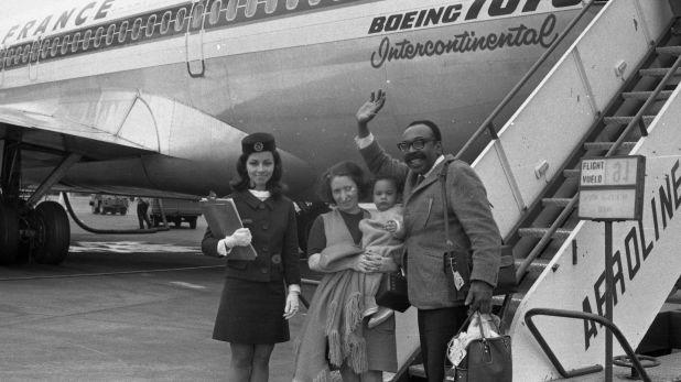 Nicomedes Santa Cruz en el Aeropuerto junto con Mercedes Castillo Gonzalez, en setiembre de 1970.(Foto: Archivo histórico de El Comercio)