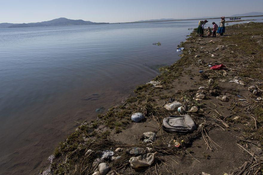 La basura cubre las orillas del lago Titicaca, donde la activista ambiental Maruja Inquilla habla con los habitantes de Coata. (Foto: AP/Rodrigo Abd)