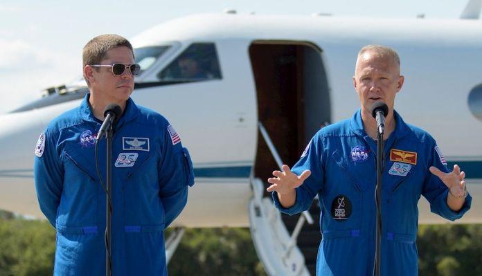 Los astronautas Bob Behnken (i y Doug Hurley (d), mientras hablan durante una rueda de prensa tras su llegada a las instalaciones del Centro Espacial Kennedy. (Foto: EFE/Bill Ingalls/NASA)