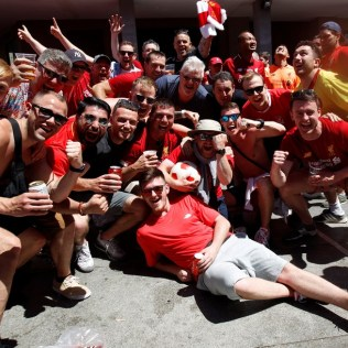 epa07617351 Liverpool soccer fans gather at Felipe II square in Madrid, Spain, 01 June 2019. A fan zone has been placed at the square for Liverpool fans to gather before heading to the Wanda Metropolitano Stadium to attend the 2019 Champions League Final. Tottenham Hotspur and Liverpool FC will play the 2019 UEFA Champions League final at the Wanda Metropolitano stadium in Madrid in the evening. EPA-EFE/EDUARDO OYANA