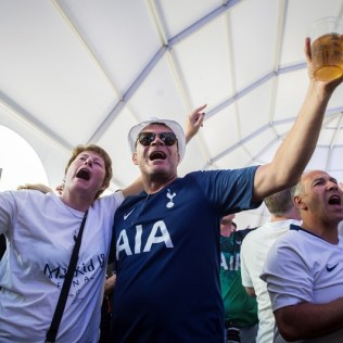 epa07617501 Tottenham soccer fans gather at Colon square in Madrid, Spain, 01 June 2019. A fan zone has been placed at the square for Tottenham fans to gather before heading to the Wanda Metropolitano Stadium to attend the 2019 Champions League Final. Tottenham Hotspur and Liverpool FC will play the 2019 UEFA Champions League final at the Wanda Metropolitano stadium in Madrid in the evening. EPA-EFE/FERNANDO VILLAR