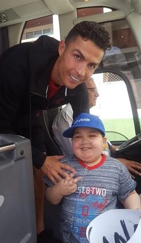 Video: Cristiano Ronaldo stops team bus to hug Eduardo, a boy suffering from Leukaemia