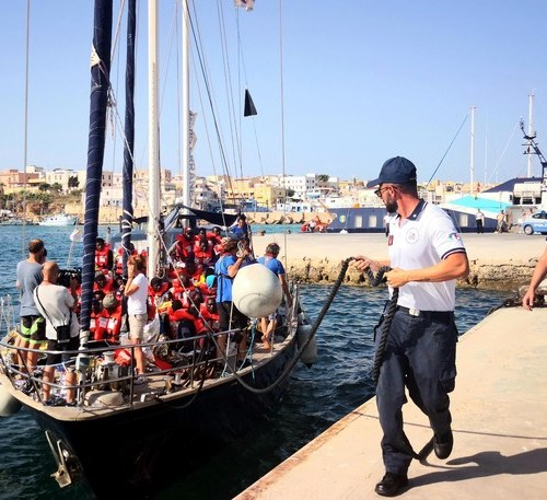 'Alex' docks in Lampedusa despite ban