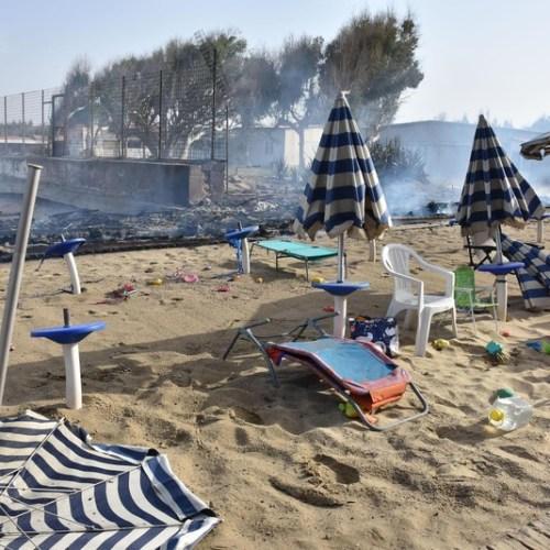 Beachgoers rush to the sea as Catania coast catches fire