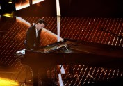 epa05154034 A picture made available on 11 February 2016 shows Italian musician Ezio Bosso performing on stage during the 66th Festival of the Italian Song of San Remo, in Sanremo, Italy, 10 February 2016. The 66th edition of the television song contest runs from 09 to 13 February. EPA/ETTORE FERRARI