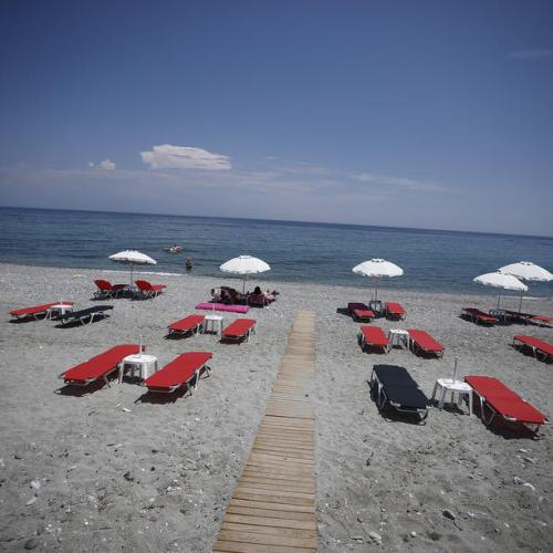 """Greece warned to prepare for a """"very difficult"""" tourist season"""