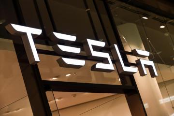 U.S. safety agency probes 10 Tesla crash deaths since 2016